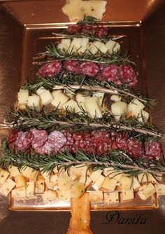 alberello di......formaggi e salumi Christmas Tree Art, Christmas Tea, Party Food And Drinks, Party Snacks, Xmas Food, Food Platters, Christmas Appetizers, Holidays And Events, Finger Foods