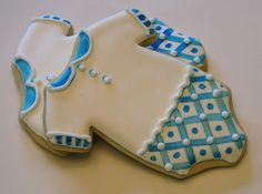 Hand-painted baby shower cookies with Delft tile-inspired designs. Vanilla sugar cookies with almond royal icing. Fancy Cookies, Iced Cookies, Cut Out Cookies, Cookies Et Biscuits, Sugar Cookies, Baby Shower Desserts, Baby Shower Cookies, Cupcakes, Cupcake Cookies