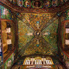 Sous un plafond de mosaïques à la Basilique Saint-Vital à Ravenne en #Italie - Instagram by 30declics