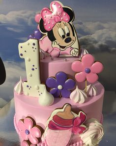 No photo description available. Minnie Mouse Birthday Theme, Minnie Mouse Cake, Birthday Cake, Baby Girl Cakes, Disney Cakes, Cookie Decorating, Gingerbread Cookies, Icing, Food