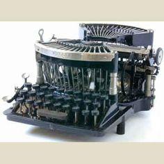 The Virtual Typewriter Museum: Williams 1 Straight Modern Typewriter, Antique Typewriter, Interior Design Books, Interior Decorating, Writing Machine, Nerd Decor, Old Stove, Vintage Phones, Bookshelf Styling