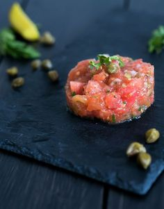 Vegetarian starter Christmas: tomato tartare – The answer is food - Fingerfood Ideen I Want Food, Feel Good Food, Vegetable Recipes, Vegetarian Recipes, Healthy Recipes, Vegetarian Starters, Deli Food, Quick Healthy Meals, Xmas Food