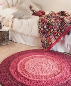 The round crochet rug is a versatile craft that you can make to decorate your home or even to sell and complement your income. Crochet Diy, Crochet Video, Crochet Home, Love Crochet, Crochet Rugs, Yarn Projects, Crochet Projects, Crochet Carpet, T Shirt Yarn