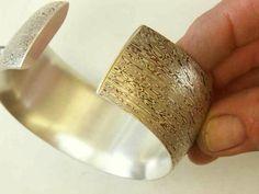Caroline Friedli, Bracelet (argent-shibuichi-shakudo)De forme générale ovale adaptée au poignet et adouci de courbes. (photo à l'atelier) Cuff Bracelets, Jewels, Contemporary, Silver, Gold, Curvy Fit, Shape, Money, Atelier