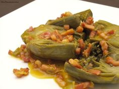Comenzamos la semana con una receta de verdura bien rica. La verdad, es que pocas veces hago alcachofas porque no es de las verduras que más me gusta, pero esta receta sí, ¡me encanta!. Las alcachofas quedan tiernas y con el beicon, el azafrán y una salsita rica, rica y un poquito espesa, es un primer plato muy bueno. ¡Espero que os guste!. Por cierto, ¡qué contenta estoy con el cambio de hora! de este fin de semana, ayer a las 20:00 h. todavía era de día. Ahora sí que estamos en primavera…