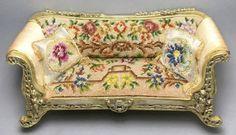 Sillón con cojines tapizado floral petit point.
