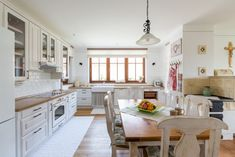 V rohu pod oknom vynechali Kitchen Island, Table, Furniture, Home Decor, Kitchens, Farmhouse, House, Island Kitchen, Decoration Home