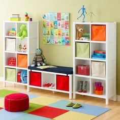 salle de jeu- idée de cubes de rangement bancs avec paniers en tisssu colorés