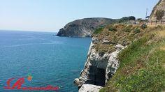 La roccia vulcanica nasconde grotte e calette meravigliose. The volcanic rock caves and hidden coves wonderful. Die vulkanischen Felsen Höhlen und versteckte wunderbar Buchten.