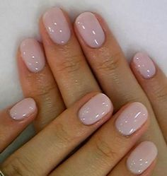 False nails have the advantage of offering a manicure worthy of the most advanced backstage and to hold longer than a simple nail polish. The problem is how to remove them without damaging your nails. Nude Nails, My Nails, Black Nails, Gel Nail Art, Nail Polish, Gel Nail Colors, Short Oval Nails, Short Rounded Acrylic Nails, Short French Nails