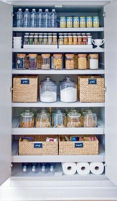 comment orgniser son frigo methode marie kondo pour les aliments et boissons Organisation Hacks, Organizing Hacks, Small Kitchen Storage, Kitchen Organization Pantry, Organized Pantry, Organization Ideas For The Home, Diy Organization, Pantry Ideas, Kitchen Pantry Design