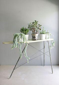 Stylen met bloemen en planten. Voor meer inspiratie bezoek ook eens http://www.wonenonline.nl/interieur-inrichten/planten-bloemen/