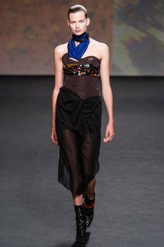 """Con todo el respeto que me merece Dior, tengo que decir que en mi opinión el señor Raf Simons está haciendo desastres. O se pega a lo """"seguro"""" de las siluetas Dior , o hace este tipo de entrevero que nos hace desear cada vez más la vuelta de John Galliano, no solamente a dirigir la casa sino a darle brillo a una cada vez más opaca Haute Couture.en París."""