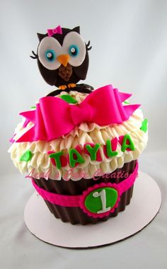 Owl Giant Cupcake to match party decor Cupcake Torte, Big Cupcake, Giant Cupcake Cakes, Owl Cupcakes, Yummy Cupcakes, Cupcake Cookies, Cupcake Ideas, Cupcake Birthday, Pretty Cakes