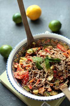 Week 8: 18-2: Salade met sobanoedels, maar dan wederom zonder sobanoedels maar met ordinaire ready to wok noodles. Ik vond het erg lekker, met al die knapperige, frisse groenten en de tahin die het wat hartiger maakt. Goedgekeurd!