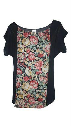 Blusa color negro con detalles florales al centro