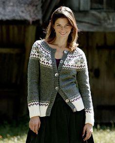 Smuk trøje med mønsteret bærestykke og feminine runde skuldre.