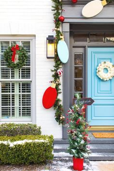 DIY Outdoor Christmas Door Decorations — We put a jumbo, DIY twist on a Christmas garland to make this unique front door decor! It's quite the statement piece made of wood, a little paint, and a very festive Christmas door cover idea… Let's be real, we all know I'm extra. So with that running reputation, I obviously have to go big when it comes to Christmas decorations for the holidays. In this case, Read More #christmasideas #christmas Best Outdoor Christmas Decorations, Diy Christmas Garland, Merry Christmas, Christmas House Lights, Decorating With Christmas Lights, Christmas Outdoor Lights, Outdoor Garland, Christmas Trends, Christmas Crafts