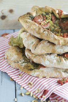 Italiaans witbrooddeeg met daarin meegebakken verse Groene Pesto, Gorgonzola-dolce, Vleestomaten, Kruiden en Pijnboompitten.