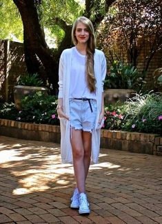 How to wear converse high tops with shorts cardigans ideas for 2019 How To Wear White Converse, Red Converse Outfit, How To Wear Vans, White High Top Converse, How To Wear Sneakers, Converse Shoes, High Tops With Shorts, Long White Cardigan, How To Wear Scarves