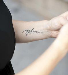 """kleines Tattoo am Unterarm - Schrift """"Entdecke"""""""