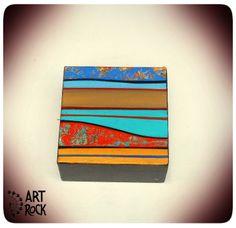 Pieza Única pintada a mano. Acrílico y laca  sobre reciclado de madera - objeto decorativo, preparado para colgar.  7,5 cm x 7,5 cm x 4 cm. - $130.