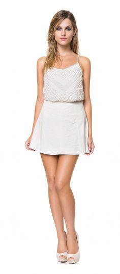 Vestido branco bordado com peep toe