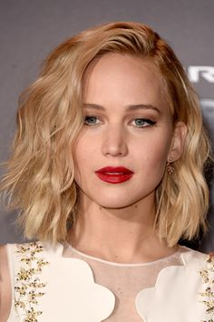 Jennifer Lawrence with red lips and wave hair / batom vermelho e cabelo long bob com ondas Wavy Bob Hairstyles, Pretty Hairstyles, Celebrity Hairstyles, Hairstyles 2018, Amazing Hairstyles, Hairdos, Cabelo Jennifer Lawrence, Jennifer Lawrence Short Hair, Jennifer Lawrence Hairstyles