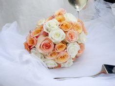 Un bouquet romantico con rose bianche, pesca e salmone. Meraviglioso