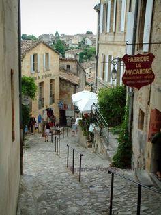 Saint-Émilion: Ruelle pavée pentue avec ses maisons bordées de boutiques proposant des spécialités - Le tertre de la tente - France-Voyage.com