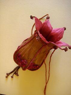 Create your own pretty silk purse tutorial image 3 Vintage Purses, Vintage Bags, Vintage Handbags, Fleurs Diy, Do It Yourself Fashion, Purse Tutorial, Tutorial Sewing, Flower Bag, Daisy Chain