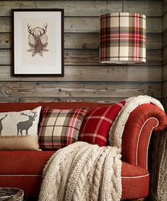 Cabin decor: rustic living room with red couch and tartan accessories Deco Champetre, Country House Interior, Country Homes, Piece A Vivre, Cozy Cabin, Cabin Chic, Living Room Designs, Red Living Room Decor, Woodland Living Room