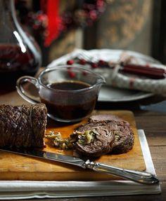 Το ανοίξαμε, το γεμίσαμε με πλούσια γέμιση πράσου και μανιταριών, το τυλίξαμε ρολό και μετά το ψήσαμε περιχυμένο με κονιάκ και λάδι. Αν το προτιμάτε, γίνεται και με χοιρινό κρέας. Όλα είναι θέμα γούστου… Christmas Cooking, Main Dishes, Steak, Wedding Cakes, Food Porn, Food And Drink, Cooking Recipes, Buffet Ideas, Kitchen