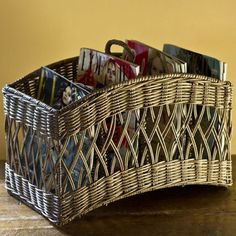 Newspaper Crafts, Old Newspaper, Newspaper Basket, Paper Weaving, Weaving Art, Hairpin Lace, Diy Paper, Baby Baskets, Wicker Baskets