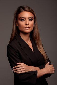 Foto Cv, Professional Headshots Women, Female Character Inspiration, Corporate Headshots, Business Portrait, Profile Photo, Portrait Inspiration, Portraits, Girl Boss