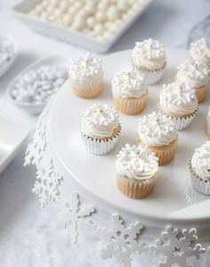 mini cupcakes on a cake plate, love the snowflakes ringing the plate.