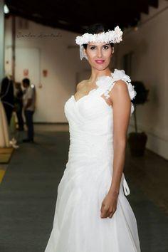 1ª Feria de Novias y Celebraciones.  Menorca, octubre 2014 Vestido: Novias Guajara Modelo: Bea Vaquero. Corona: ADC Flores