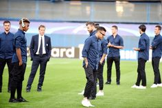 Juventus' team player Dani Alves (C) inspects the pitch at the Maksimir stadium in Zagreb on September 26, 2016, on the eve of their UEFA Champions League Group H football match against Dinamo Zagreb.  / AFP / STRINGER