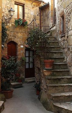 Castellina in Chianti Beautiful Architecture, Beautiful Buildings, Beautiful Landscapes, Beautiful Places To Visit, Wonderful Places, Stone Stairs, Italian Villa, Tuscany Italy, House Goals