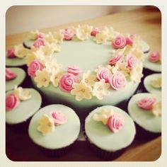 Flower cake with matching cupcakes