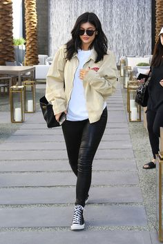 Want Your Thoughts: Are the Kardashian-Jenners Influencing Fashion We Want Your Thoughts: Are the Kardashian-Jenners Influencing Fashion? via Want Your Thoughts: Are the Kardashian-Jenners Influencing Fashion? Trajes Kylie Jenner, Estilo Kylie Jenner, Kylie Jenner Look, Kylie Jenner Outfits, Kendall And Kylie Jenner, Kylie Jenner Black Hair, Kourtney Kardashian, Estilo Kardashian, Kardashian Style