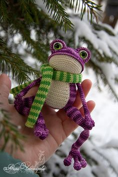 Frosch Spielzeug - detailed from amigurumi crochet patter with scarf Crochet Animal Patterns, Crochet Patterns Amigurumi, Crochet Dolls, Knitting Patterns, Crochet Frog, Crochet Dragon, Cute Crochet, Knitted Animals, Handmade Toys