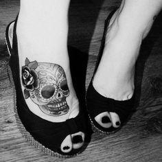 Calavera con Flor de Rosa - Tatuajes para Mujeres. Encuentra esta muchas ideas mas de Tattoos. Miles de imágenes y fotos día a día. Seguinos en Facebook.com/TatuajesParaMujeres!
