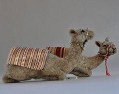 Belén de fieltro de la aguja. Sentado el camello Waldorf.  Muñeca de lana suave escultura. Aguja de Daria Lvovsky