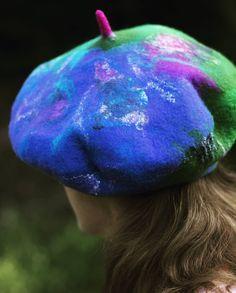 Egy bolondos sapka #bohostyle #feltedbaret #fashion #wetfelting #wool #handmade #blueandgreen #oneofakind #kézművestermék #divat Blue And Green, Berets, Nuno Felting, Fasion, Boho Style, Shawl, Purses, Bags, Accessories
