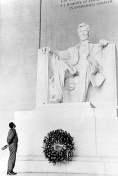 Fidel Castro lays a wreath at the Lincoln Memorial. This is a photograph by Alberto Korda, the Cuban photographer, of Fidel Castro at the Lincoln Memorial in Rare Images, Rare Pictures, Rare Photos, Photos Du, Old Photos, Vintage Photos, Powerful Images, Abraham Lincoln, Fidel Castro