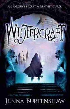 """Opis:  Oto świat, w którym śmierć jest nagrodą!   Albion to jedyny kraj na świecie, w którym rodzą się Utalentowani – ludzie obdarzeni różnymi nadprzyrodzonymi zdolnościami. Najpotężniejszą z nich jest umiejętność posługiwania się zasłoną dzielącą świat żywych i zaświaty. Wiedza na temat tego Talentu została zgromadzona w księdze """"Wintercraft """", której poszukuje żądna władzy, okrutna członkini Wielkiej Rady – Da'ru. Sama nie ma wystarczającej mocy, więc do realizacji swoich celów chce się…"""