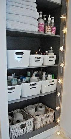 Uma ótima maneira de organizar itens e produtos de higiene e beleza é separa-los por tipo/uso/dono em caixas ou cestos organizadores. Cheap Home Decor, Diy Home Decor, Bathroom Cupboards, Bathroom Vanities, Bath Cabinets, Sinks, Diy Casa, Ideas Para Organizar, Bathroom Organisation