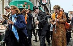 Klezmorim (musicians playing klezmer)