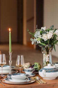 """Farfuriile, tacâmurile, paharele și micile accesorii sunt """"detaliile"""" care vin în completarea deliciilor culinare servite într-o ambianță de sărbătoare. #farfurie #servetele #portelan englezesc #fine bone #servet #servet de masa #farfurii #cesti ceai #cesti cafea #tacamuri #pahar vin #pahar vin rosu #pahare Table Settings, Candles, Table Decorations, Container, Furniture, Garden, Home Decor, Garten, Decoration Home"""